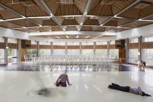 חדר האוכל הפך לאולם מחול. חדר האוכל בקיבוץ געתון בתכנון מנחם באר (צילום: עמרי טלמור (C))
