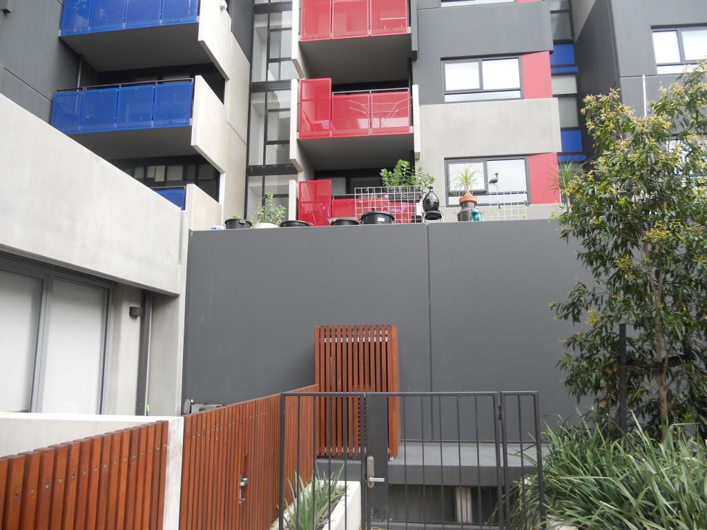 הקיר המפריד בין הדירות הציבוריות והפרטיות.