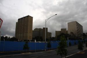 בשנות ה-60 נבנו במלבורן מתחמי דיור ציבורי שהיו מיועדים למעמד הפועלים או למהגרים. מגדלים במתחם דיור ציבורי בשכונת קרלטון, מלבורן (צילום: איריס לוין)