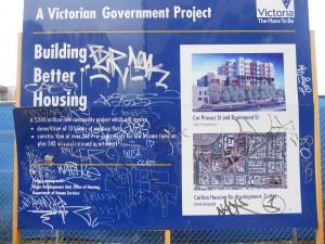 שלט במתחם קרלטון המסביר לתושבים את התכנון העתידי.