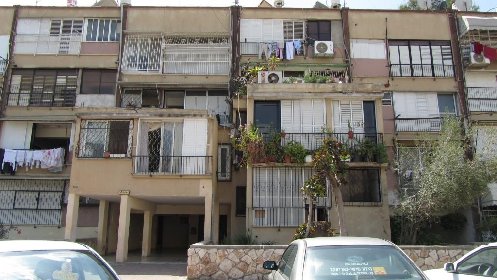 ממשלת ישראל, בהתייחס לפרויקט שיקום השכונות, לא הביאה לשינוי בסדר היום הלאומי ובסדר העדיפויות החברתי-כלכלי מאז שנת 1977. שיכון ברמלה (צילום: המעבדה לעיצוב עירוני)