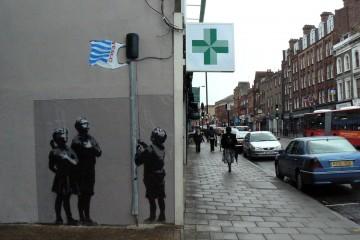 גרפיטי של בנקסי ברחובות לונדון (צילום: smokeghost, flickr.com)