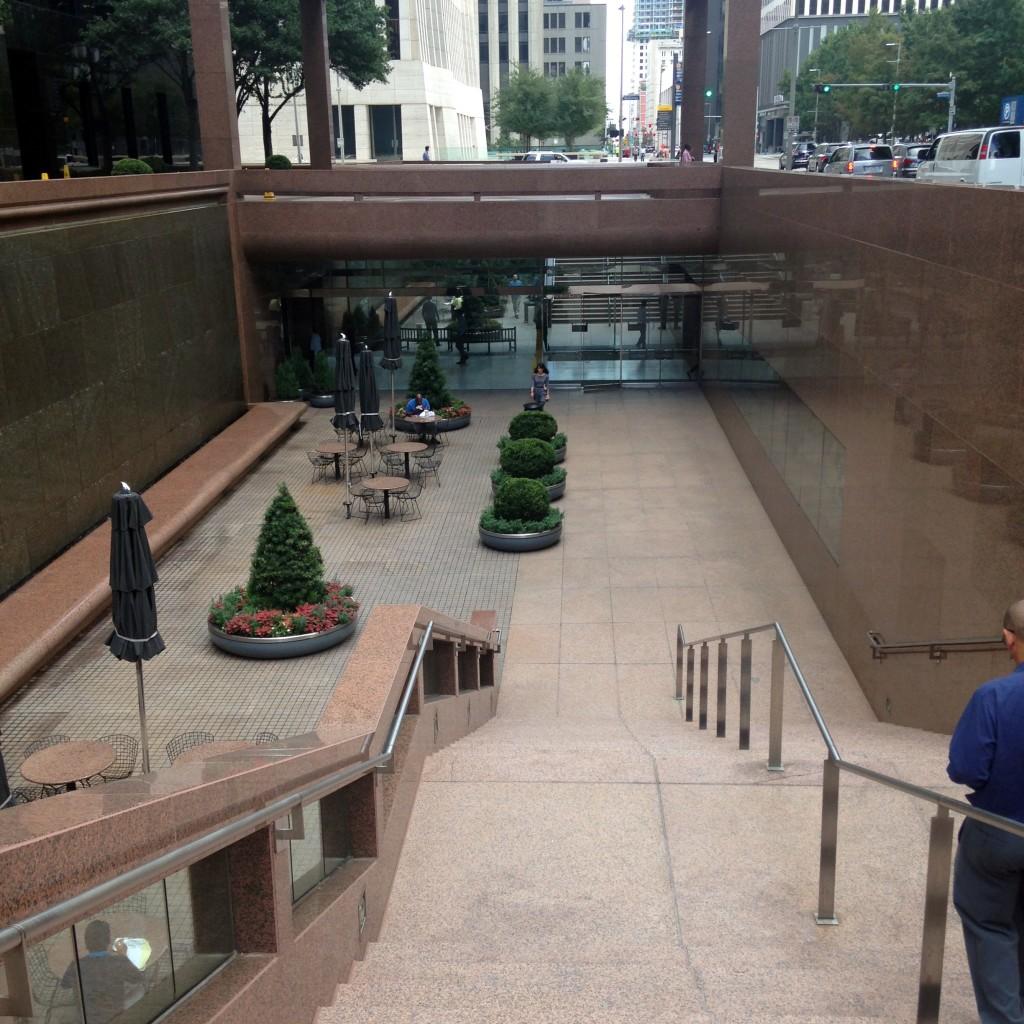 הנגישות למערכת המנהרות היא מתוך המבנים עצמם, זו הכניסה היחידה מהרחוב. מרכז העסקים של יוסטון, טקסס (צילום: המעבדה לעיצוב עירוני)