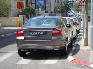 בעיות חנייה. רכב חונה בצורה לא חוקית, תל אביב (צילום: ליאור גולגר - Own work. Licensed under CC BY-SA 3.0 via Wikimedia Commons)