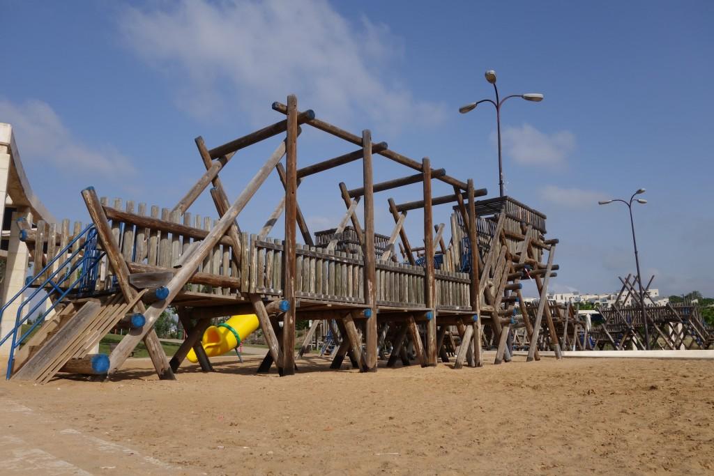 """""""המקום הכי טוב לאנשים בפארק הוא תמיד המרחב הפתוח שלא דורש מהם כסף"""". מתקני משחק מעץ בעיצוב שריג, פארק ענבה במודיעין. (צילום: מיכאל יעקובסון)"""