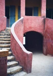 """""""'בית העבדים' על האי גורה בתוך השטח המוניציפאלי של דקר בו רוכזו העבדים ערב חצייתם את האוקיאנוס האטלנטי. בעוד אדריכלות פרמננטית זו מזוהה עם המעמדות הגבוהים וחומריה יובאו, היא מהווה עדות ויזואלית לכוח העבודה האפריקאי הדומם, זה שנעלם מהתיעוד הארכיוני הרשמי"""" (צילום: באדיבות ליאורה ביגון)"""