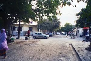 """""""השכונה הראשונה שנבנתה עבור תושבי דקר האפריקאים מטעם השלטון הקולוניאלי: הצרפתים התגאו שג'יפ העומד בצומת הרחובות האורתוגונליים יכול לפקח על שני רחובות לכל אורכם וללכוד משתמטים מעבודות הכפייה והגיוס הצבאי"""" (צילום: באדיבות ליאורה ביגון)"""