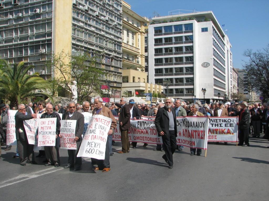 היחסים שבין המופע למקום נותנים למחאה את אופייה וצבעיה. הפגנה באתונה, יוון, 2007 (צילום: טלי חתוקה)