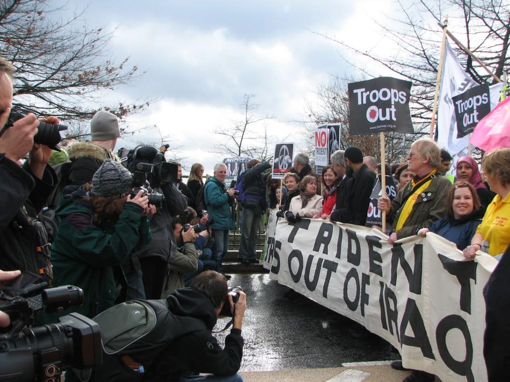 האזרחים מכירים בכך שהמרחב והגוף הם כלים משמעותיים שיש לעשות בהם שימוש קפדני. הפגנה בלונדון, בריטניה (צילום: טלי חתוקה)