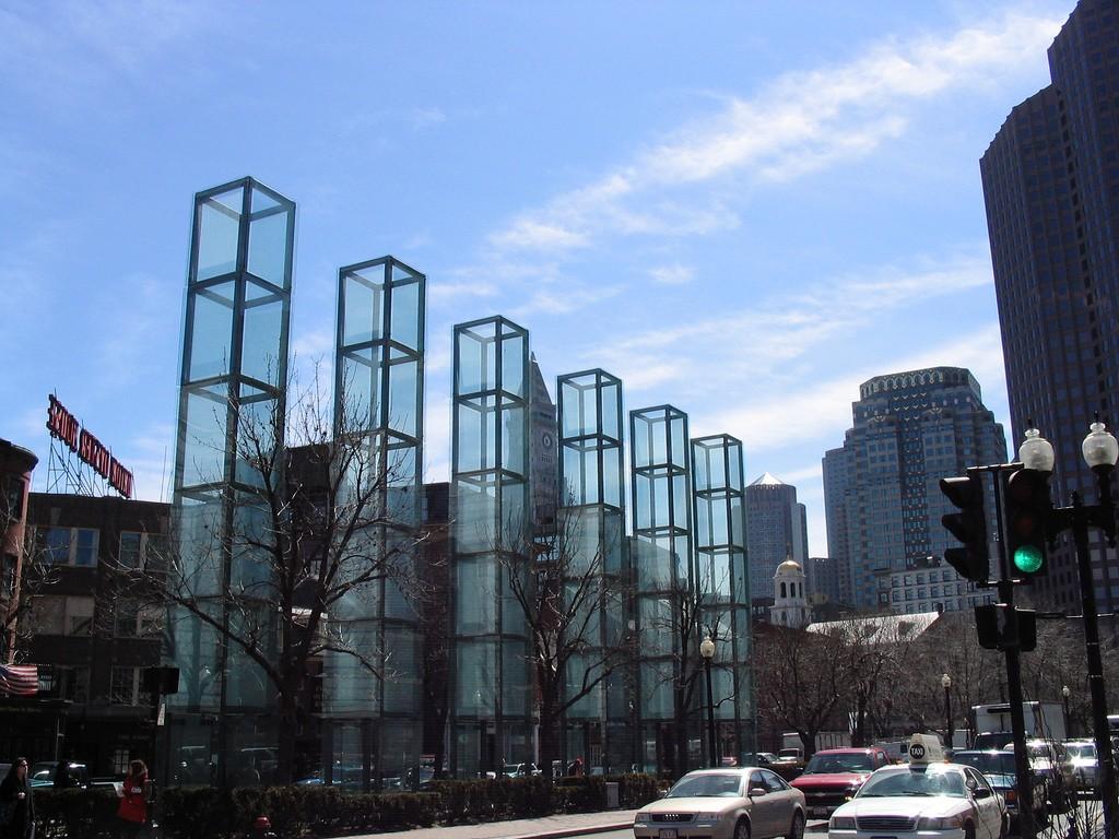 """יותר מאשר הן אובייקטים, הן """"סביבות"""" המייצרות חוויה במרחב העירוני. האנדרטה לשואה בבוסטון, ארה""""ב (צילום: robdebsgreen Follow, flickr.com)"""