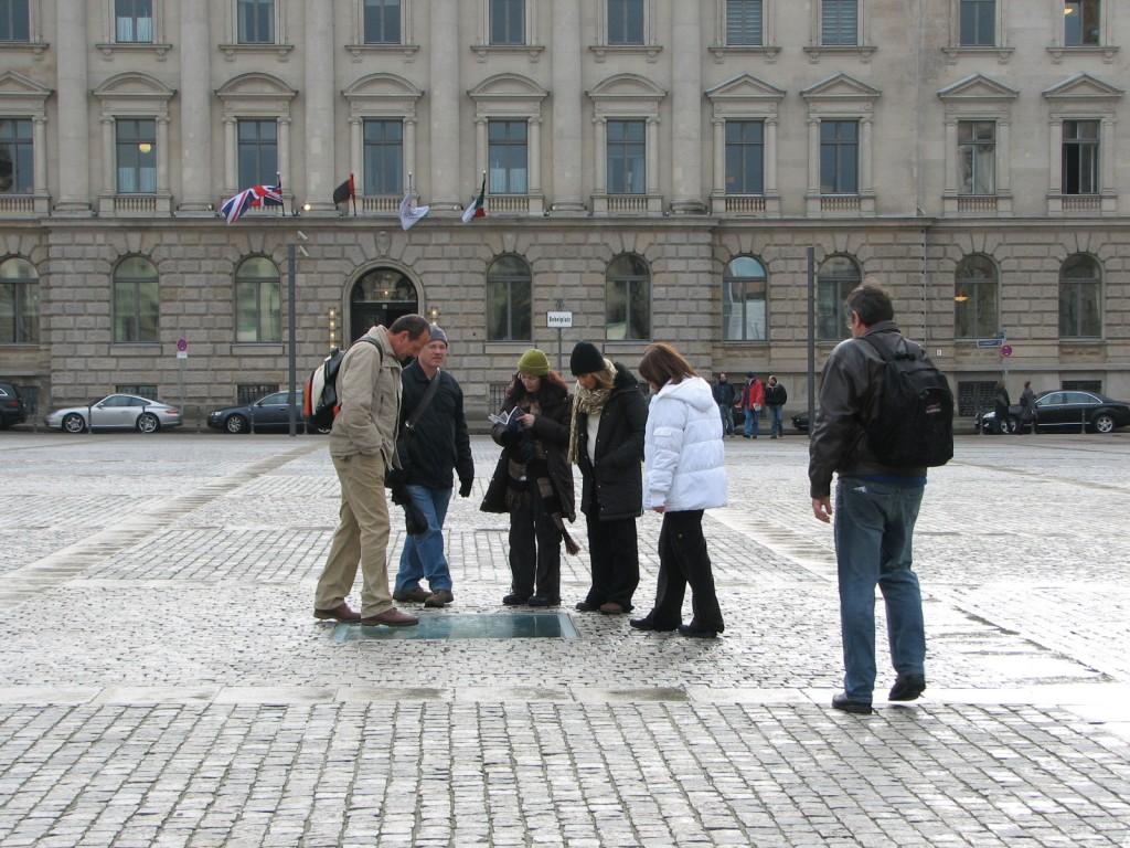 """אנדרטה שמבקשת לסמן, לזכור באופן מאופק, מדויק ופואטי, משתנה. האנדרטה """"הספריה"""", של מיכה אולמן, בברלין (צילום: טלי חתוקה)"""