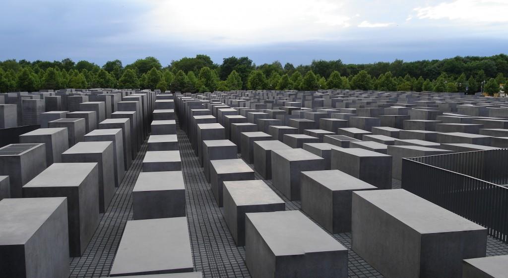 המופע שלה האנדרטה הוא דרמטי וקבוע, בזמן ובמרחב. האנדרטה לשואה בברלין, גרמניה (צילום:Chaosdna, Licensed under CC BY-SA 3.0 via Wikimedia Commons)