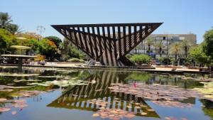 אנדרטה לשואה ולתקומה שיצר הפסל יגאל תומרקין. כיכר רבין, תל אביב (צילום: Lishay Shechter, ויקישיתוף)