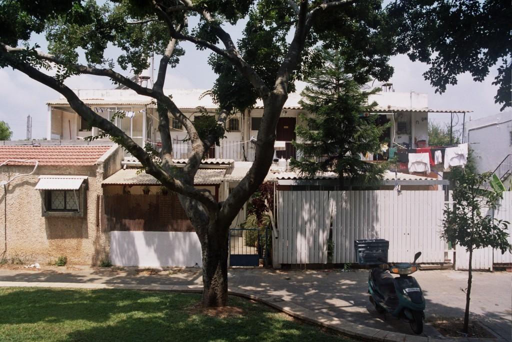 """האיחוד בין ה""""גבוה"""" לבין ה""""נמוך"""" או """"עממי"""" תחת קטגוריה אחת מאפשר לדון לעומק בתופעות המעצבות את סביבות המגורים והמשקפות צרכים, רצונות וחלומות של האוכלוסייה עבורה הארכיטקטורה קיימת. שיכונים בשכונת הדר יוסף, תל אביב (צילום: יואב מאירי)"""