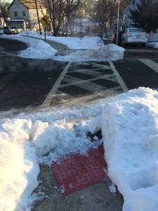 אף אחד לא פינה את השלג בשולי הכביש ובמעברי החצייה, הוא נעשה חלק ומסוכן (צילום: ארז צפדיה)
