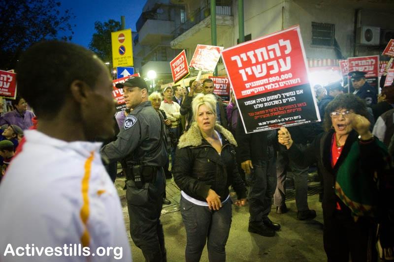 """הפגנה בשכונת שפירא כנגד """"מסתננים ושמאלנים"""" ביטוי לגבול מצטמצם (צילום: Activestills, Flicker.com)"""