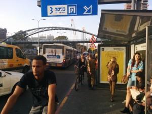 מחכים לאוטובוס, צומת קפלן עזריאלי כפי שהוא היום, חווית משתמש לא נוחה להולכי הרגל, למחכים לאוטובוס ולרוכבים על אופניים (צילום: עידן עמית)