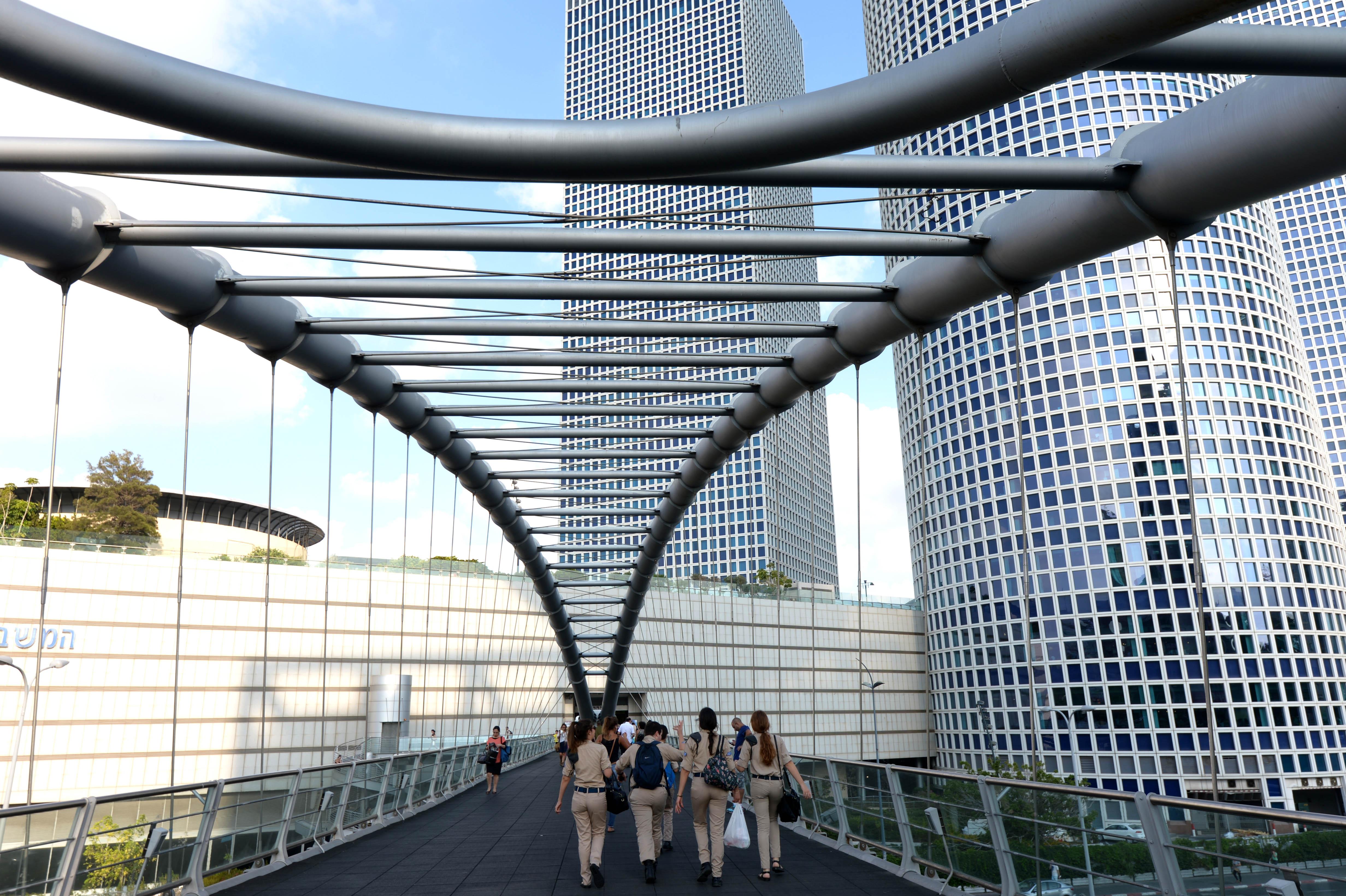 """הולכי רגל או צרכנים פוטנציאליים? הגשר המחבר בין הקריה למרכז עזראלי, תל אביב (צילום: חיים צח, לע""""מ)"""