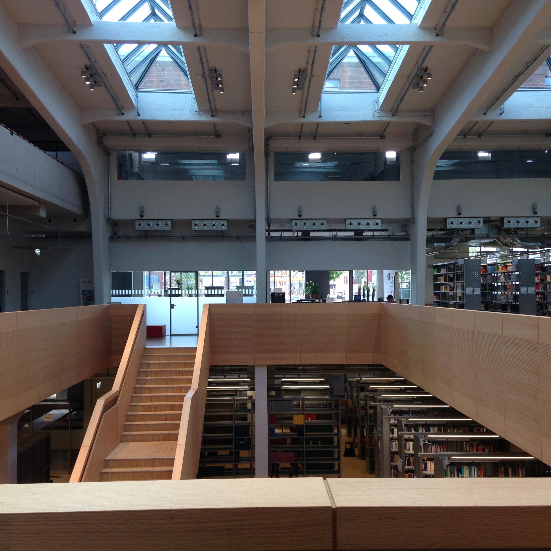 אולם הספרייה והירידה למפלס התחתון (צילום: טלי חתוקה)