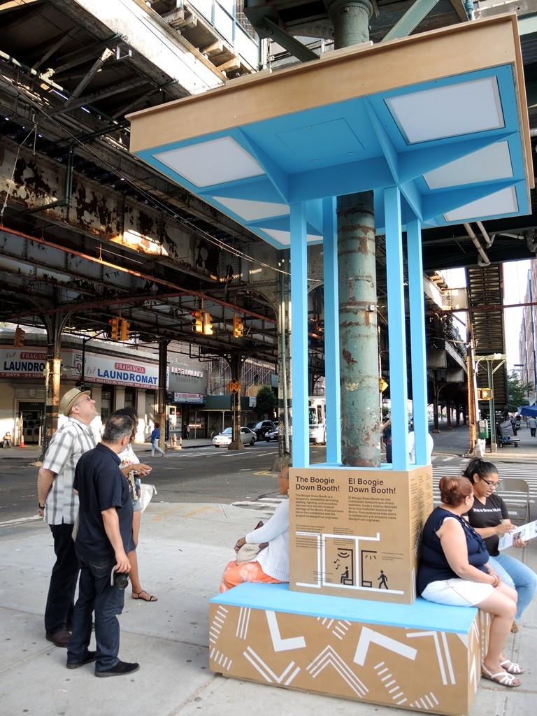 טיפול במרחבים ציבוריים שנותרים לרוב לא שמישים, אלה המצויים מתחת לגשרים מוגבהים ורכבות עילית. תמונה מפרויקט הפיילוט: Boogie Down Booth (צילום: Ozgur Gungor, באדיבות הארגון)