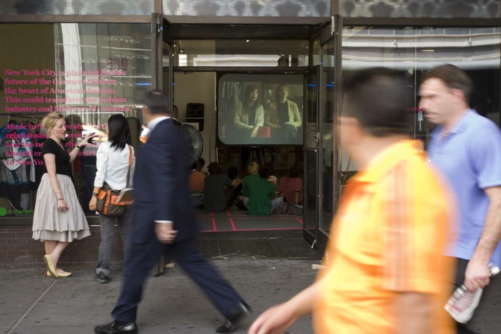 """התערוכה """"יוצר במידטאון"""" הוצגה במרחבים ברובע המלאכה בניו יורק שהוסבו לצורך התערוכה שמטרתה להאבק בשינוי ייעוד הקרקע של האזור (צילום: Chris Kannen, באדיבות הארגון)"""