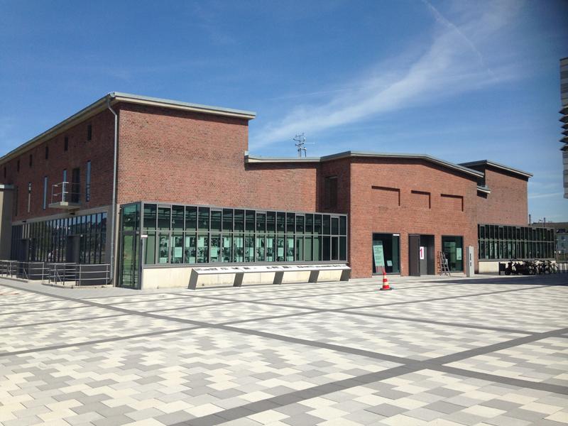 האנדרטה היא חלק מחזית המבנה. הבחירה בחזית שקופה מנכיח את האירוע לבאים ושבים (צילום: טלי חתוקה)