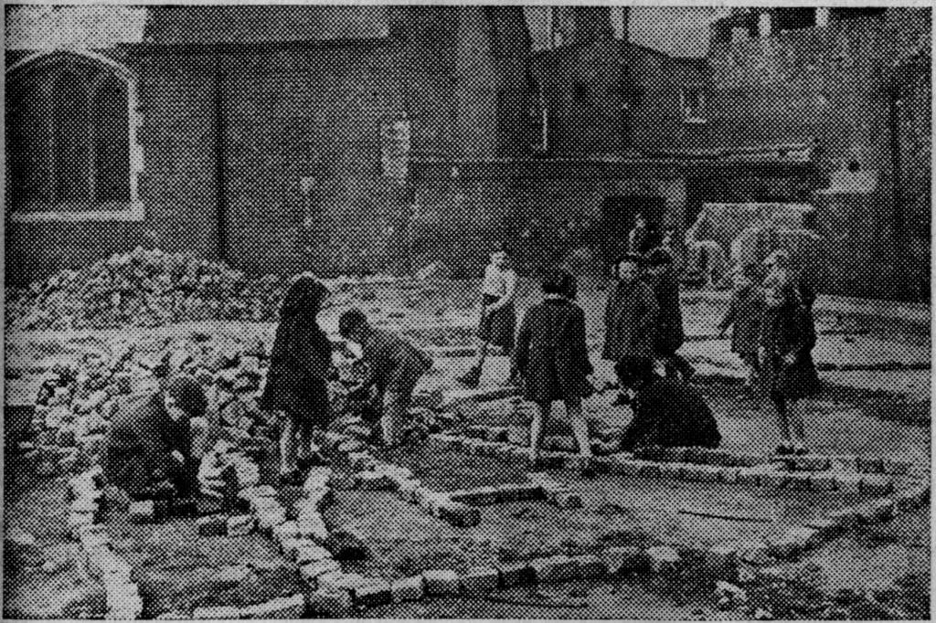 האנרכיה בגני המשחקים נתפסה כ 'עריסה של האזרחות' (Camberwell Junk Playground, London 1948)