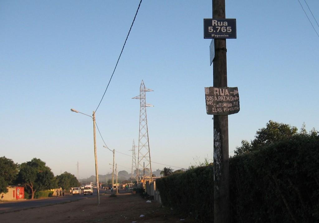 רחובות אלו ידועים באופן בלתי רשמי כ'רחובות מגע אוהבים' ו-'הם היפוליטוס' לאזכור הטרגדיה היוונית הקשורה לתאווה מינית ואפרודיטה בשפות פורטוגלית ושנגנה,פרוורי מפוטו, מוזמביק (צילום באדיבות: סזר קומבה)