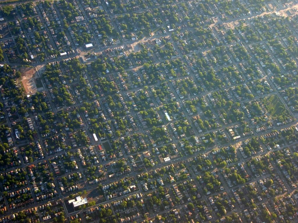האזור בארצות הברית מייצר רבעים שלמים של בתי מגורים צמודי קרקע שקיבלו את השם הזחילה הפרברית urban sprwal אוהיו (צילום: Pierre Metivier Flickr.com)