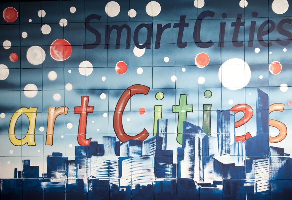 יותר ויותר כנסים בעולם נסובים סביב הקונספט של 'ערים חכמות' אך אין הסכמה ברורה לגבי המשמעות של עיר חכמה, אך ללא ספק המושג זוכה לנראות רבה בעולם והוא נוגע בחיבור שבין עיר וטכנולוגיה ורתימתה לצרכים שונים: שירות, ניהול תשתיות, איסוף מידע, ייעול וכ'ו (צילום: smart cities Flickr.com)