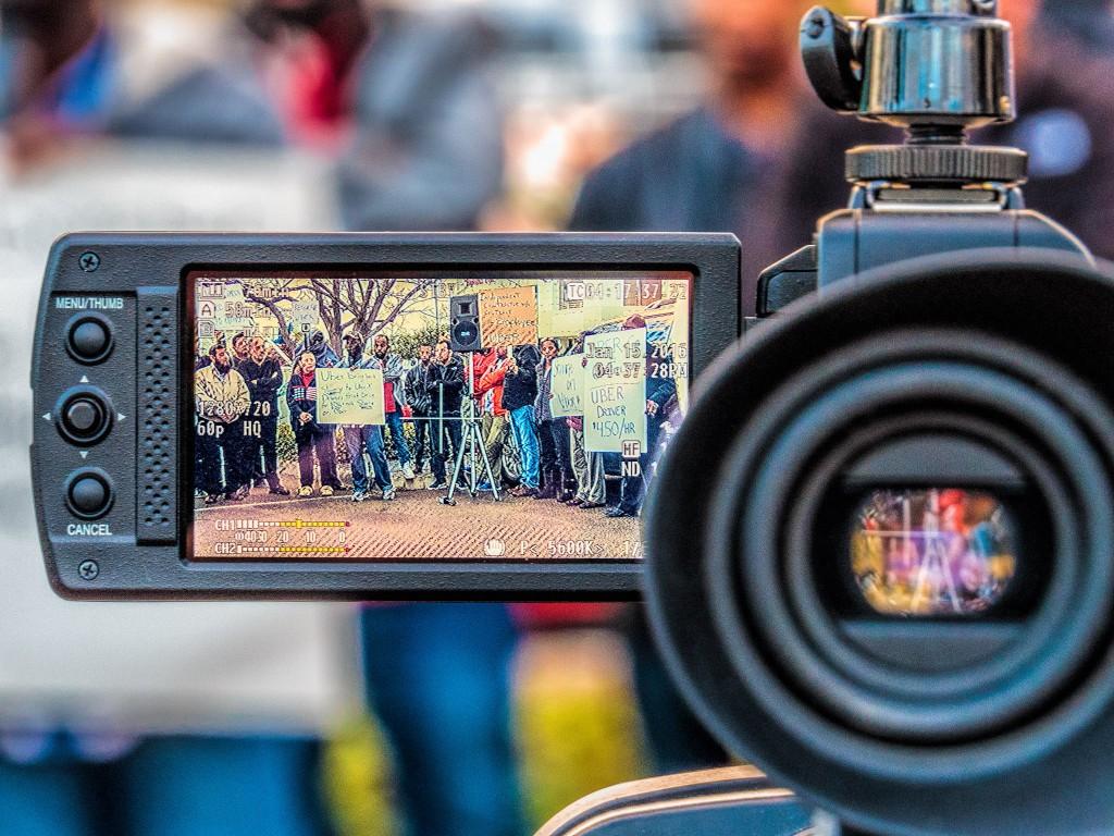 """גם בחו""""ל יש מאבק נגד אובר, זוהי הפגנה של נהגי אובר מול משרדי החברה בסן דייגו על כך שמינואר 2016 החברה העלתה את המס מכל נהג ל30% וגרמו לכך שבחברה ששווה 40 ביליון דולר מרבית הנהגים לא מצליחים להגיע לשכר מינימום . ההפגנה התקיימה תחת הכותרת: Uber Greed (צילום: Wayne S. Grazio Flickr.com )"""
