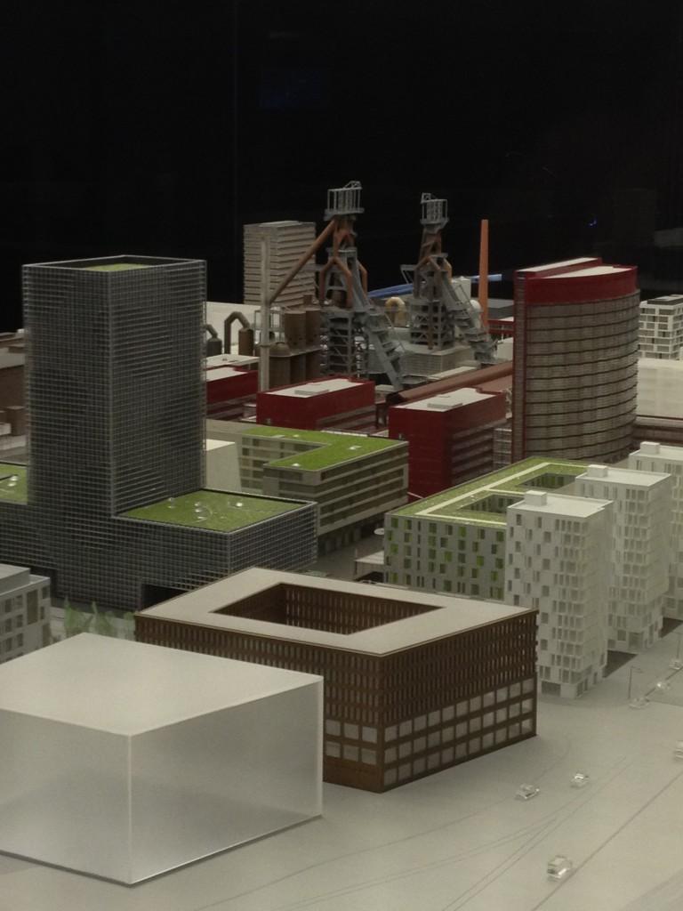 מבט תקריב על המודל מראה את מרכז הרובע שבו משמאל האוניברסיטה במרכז מזרדי העסקים, מבני מגורים והמפעל שעבר שימור (צילום: ihelbig, Flickr.com)
