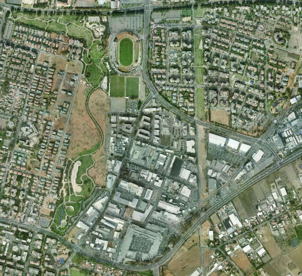 תצלום אוירי של אזור התעשייה. פארק כפר סבא נראה משמאל, בין שכונות המגורים ואזור התעשייה. השטח הלא בנוי העובר מדרום לצפון מימין הוא של המוביל הארצי.