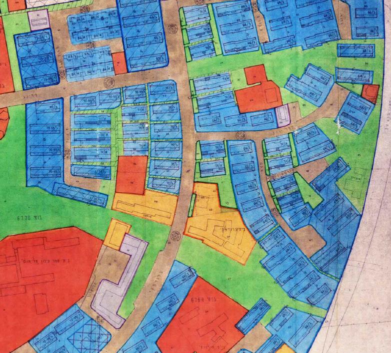 """מפת סימון יעודי השטחים וגבולות המגרשים: ניתן להבחין כי המגרשים """"צפים"""" בשטחים ללא בניה – חלקם שטחים משותפים פתוחים וחלקם שטחים ציבוריים פתוחים."""