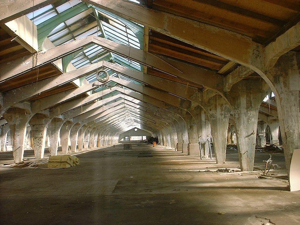אולם הייצור המרכזי משיק מתחם עבודות הצבע, שגגו בן 17 המטרים, הנותן מענה לדרישות האוורור, הפך לסמלו של המפעל ( Doris Antony, Berlin  via Wikimedia )