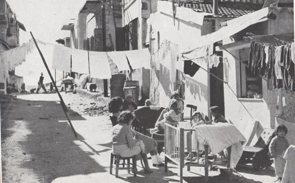 בשנותיה הראשונות של המדינה מתוך האתוס החלוצי המדינה היתה חשדנית כלפי עניים ומובטלים והמדיניות הייתה בעיקר של עידוד תעסוקה, אך כן נעשו פרויקטים לאומיים של שיכון ועבודה שאיפשרו מוביליות גבוה מהיום. שכונת עוני בתל אביב 1948-1951 (צלם לא ידוע, מתוך אוסף התצלומים הלאומי)