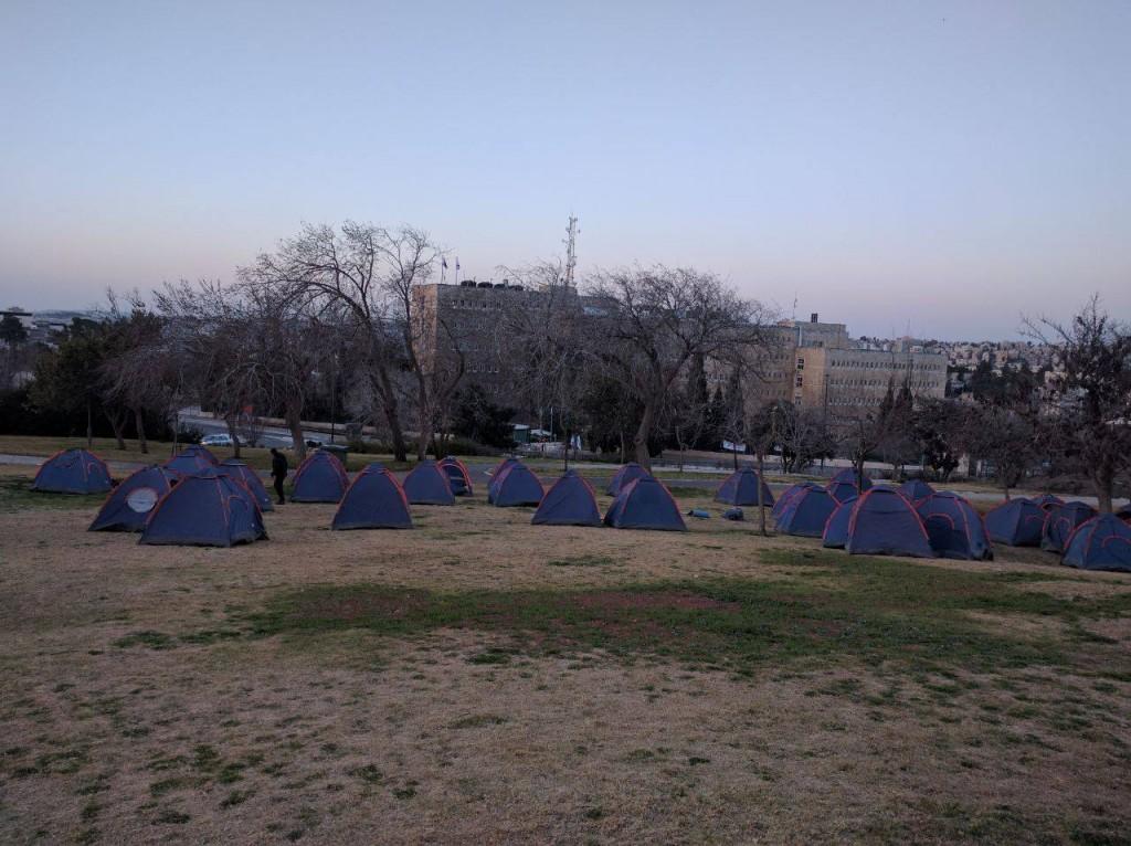 אוהלי מחאה של עמותת איילים שבונה ומקימה כפרי סטודנטים ומעודדת התיישבות בנגב, בגליל ובלוד שנמצאת בסכנת סגירה. מתוך עמוד הפפיסבוק שלהם עם ההאשטג- עמותת איילים, ממשיכים לעשות ציונות