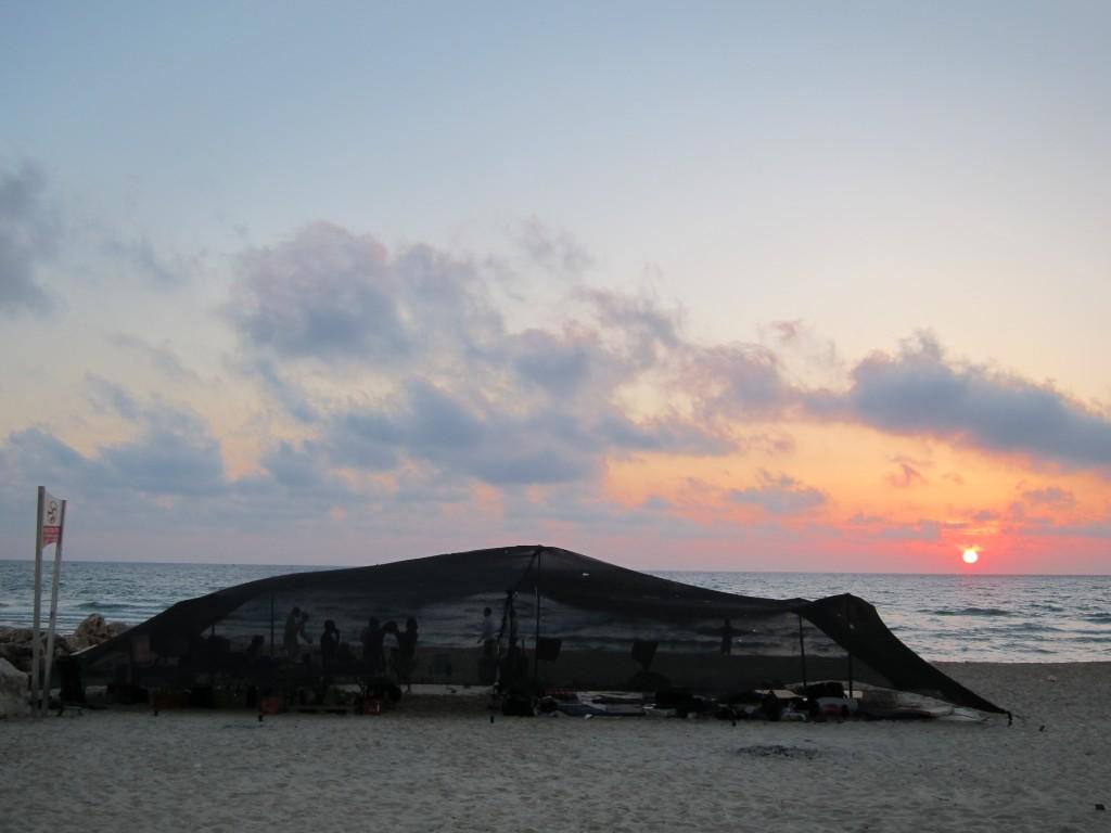 """""""בעוד שהישראלי הממוצע בוחר לבלות את חופשת הקיץ במלון באילת או ב'הכל-כלול' באי יווני, יש כאלה שבוחרים להשתקע מדי קיץ בזולה שהקימו בחוף הים"""" (צילום: יואב וימן)"""