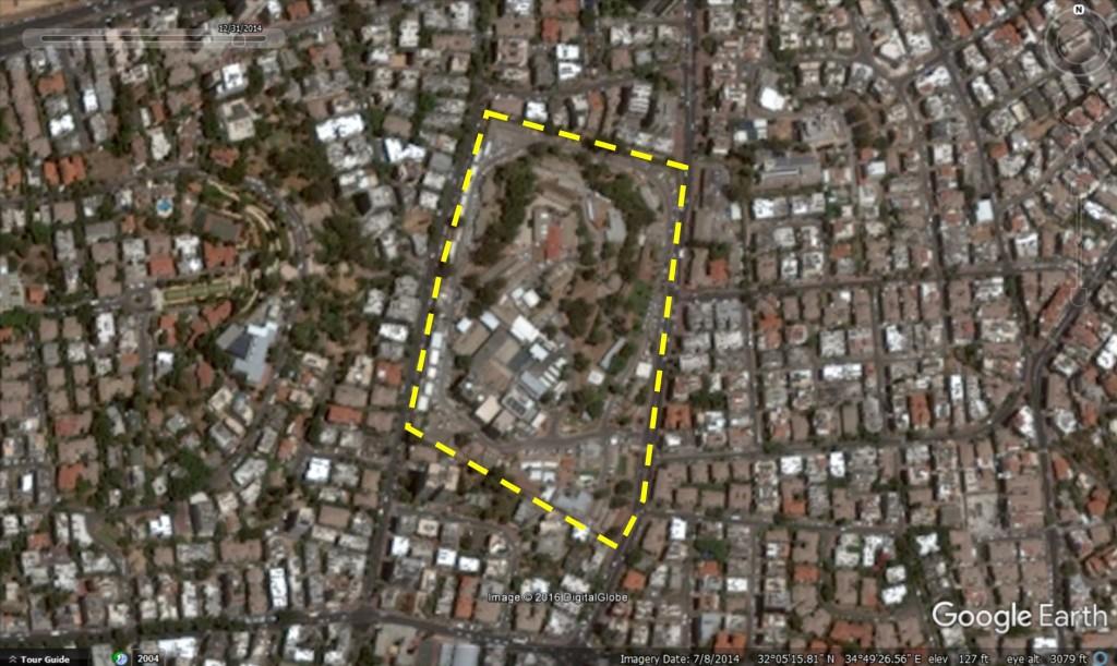 תצלום אוויר משנת 2014 של מחנה גנים ברמת גן משנת . תחום המחנה הצבאי מסומן בקו צהוב מקווקו.