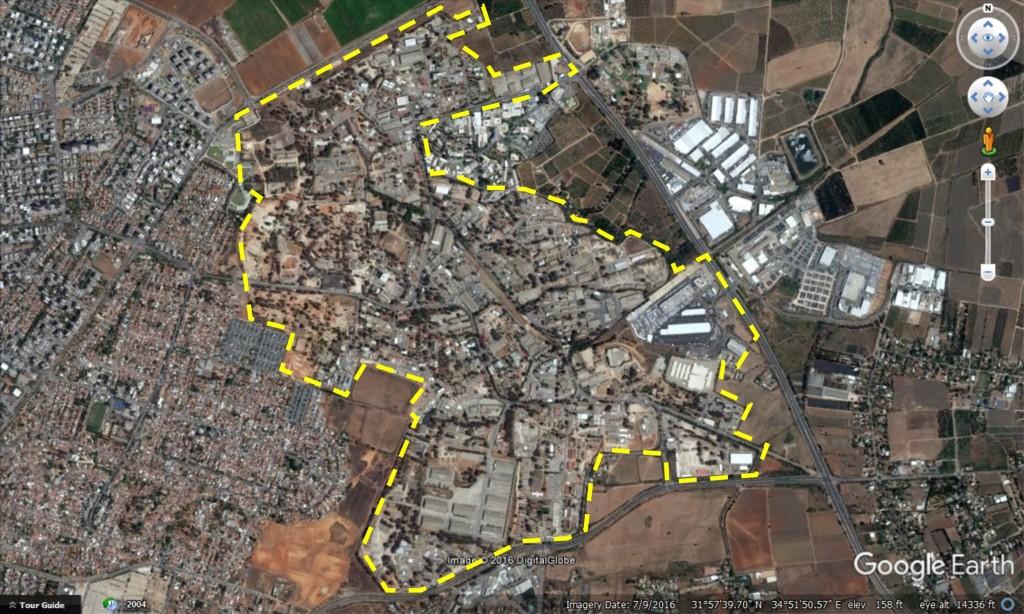תצלום אוויר של מחנה צריפין, תחום המחנה הצבאי מסומן בקו צהוב מקווקו (מתוך גוגל 2016)