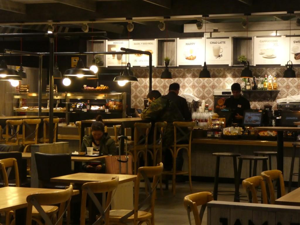 בית קפה בשדה התעופה בברצלונה (צילום: הדס צור)