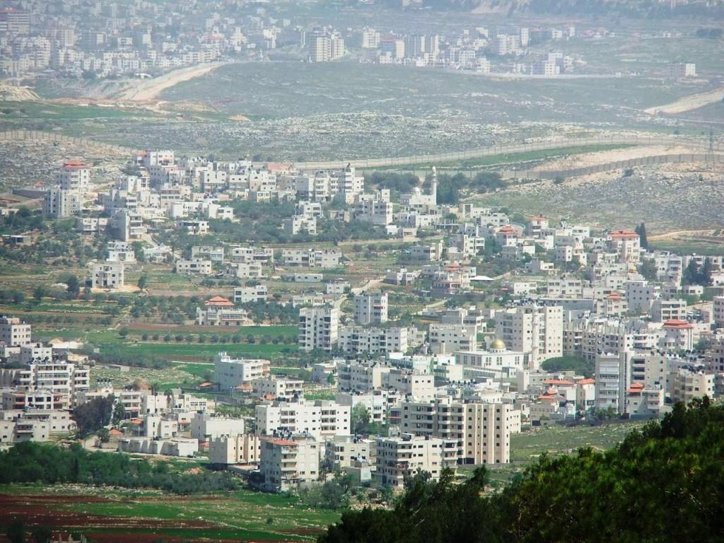מובלעת ביר נאבלה, לא פה לא שם, 15 אלף תושבים מוקפים בגדר ומנותקים מירושלים ורמאללה (מקור: wikimedia)