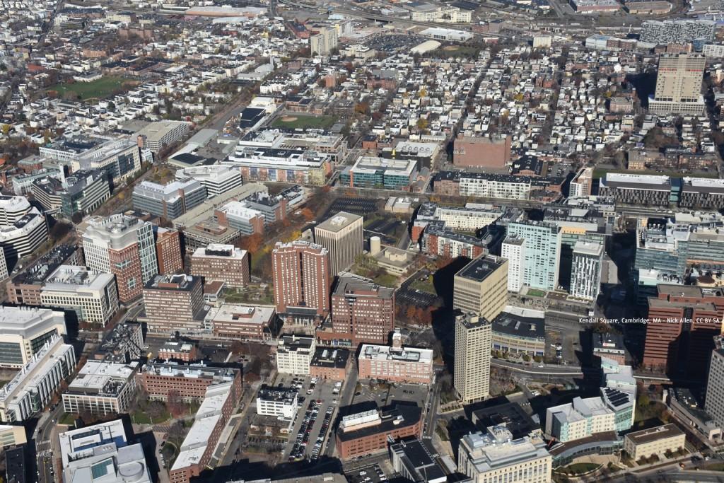 כיכר קנדל (Kendall Square) בקימברידג' הסמוכה לאוניברסיטת MIT היא דוגמא לאזור צומח ומתשנה המשלב תעשייה, יצור ופיתוח בתוך אזור עירוני. חברות תרופות, ביו טכנולוגיה, טכנולוגיה נמצאות בתוך העיר באזור שעובר התחדשות בעשור אחרון (Kendall Square, Cambridge, MA - Nick Allen, CC BY SA 4)