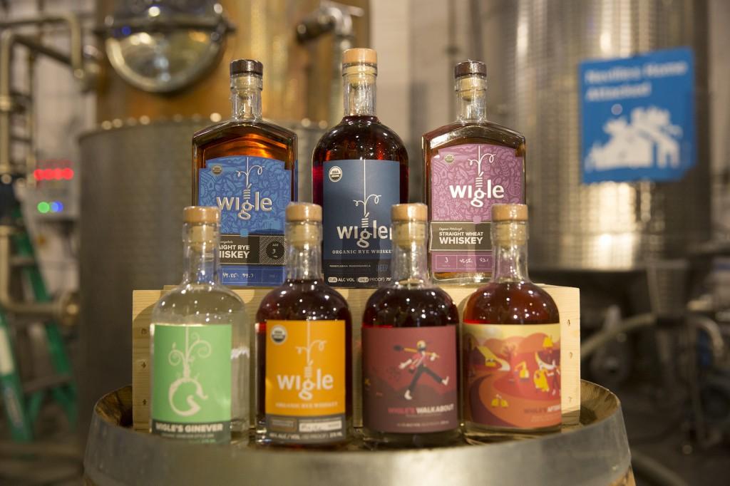 אחד התחומים הצומחים של תעשייה עירונית הוא ייצור בקנה מידה קטן של תעשיות אלכוהול ואוכל, לדוגמא, מפעל לייצור וויסקי הפועל בתוך העיר פיטסבורג. (Wigle Whiskey, Pittsburgh - Governor Tom Wolf, CC BY 2.0)