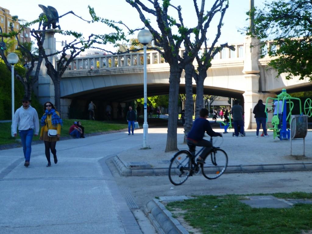 הפארק שמקיף חלק מהעיר, לאורכו חוצים גשרים עתיקים המזכירים את עברה של העיר והנחל שזרם בה (צילום: המעבדה לעיצוב עירוני)