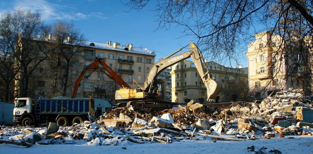 במוסקבה מתכונן תהליך הפינוי בינוי הגדול יותר שנעשה בה שיהרוס 10% משטחי המגורים בעיר. הרס של מבנה במוסקבה (צילום: Pavel Kazachkov, flickr )