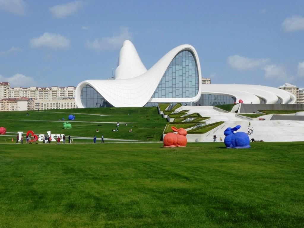 לצורך הקמת הבניין ב של חדיד, הפארק והברכות שלמרגלותיו פונות תושבים רבים
