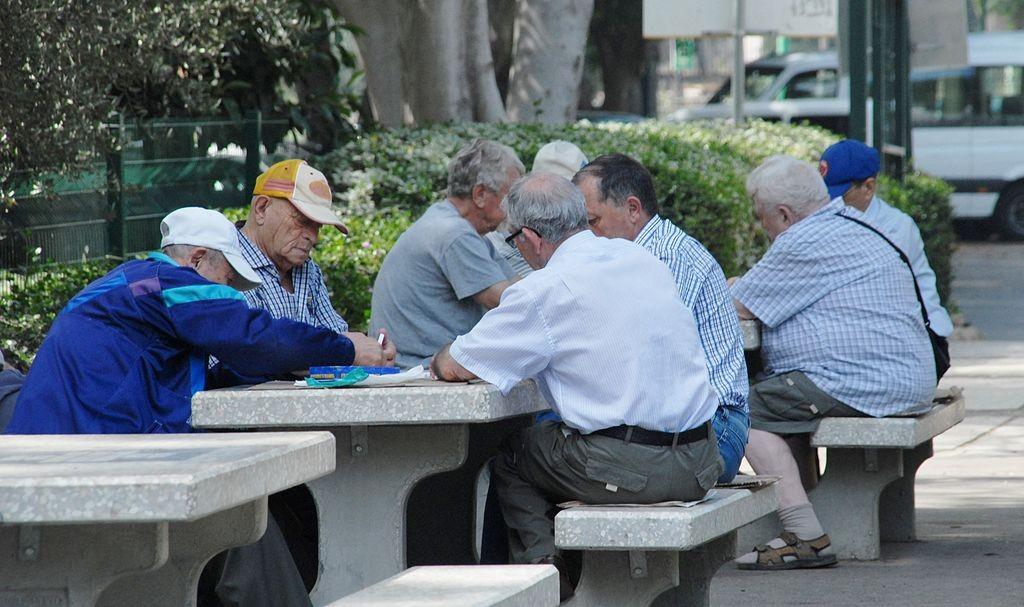 מספר הקשישים גדל בעוד מספר האנשים המהווים חלק מכוח העבודה, התומך בקצבאות הזקנה, הולך וקטן. זוהי הפירמידה ההפוכה שמאפיינת מדינות רבות באירופה (צילום: udi Steinwell PikiWiki)
