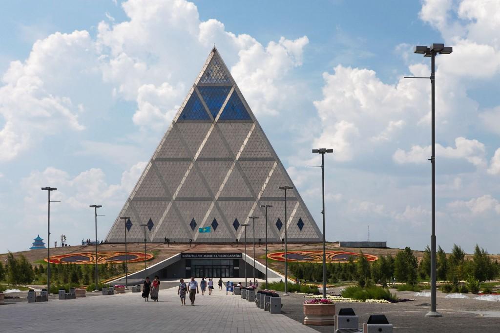יום אחד התקשר פוסטר לאחד השותפים הבכירים במשרד ואמר הם רוצים פרמידה, גדולה ככל שאפשר, תחשוב איך לעשות זאת. בניין הפרמידה בתכנונם פוסטר ושותפים (צילום: Ninaras, Wikimedia)