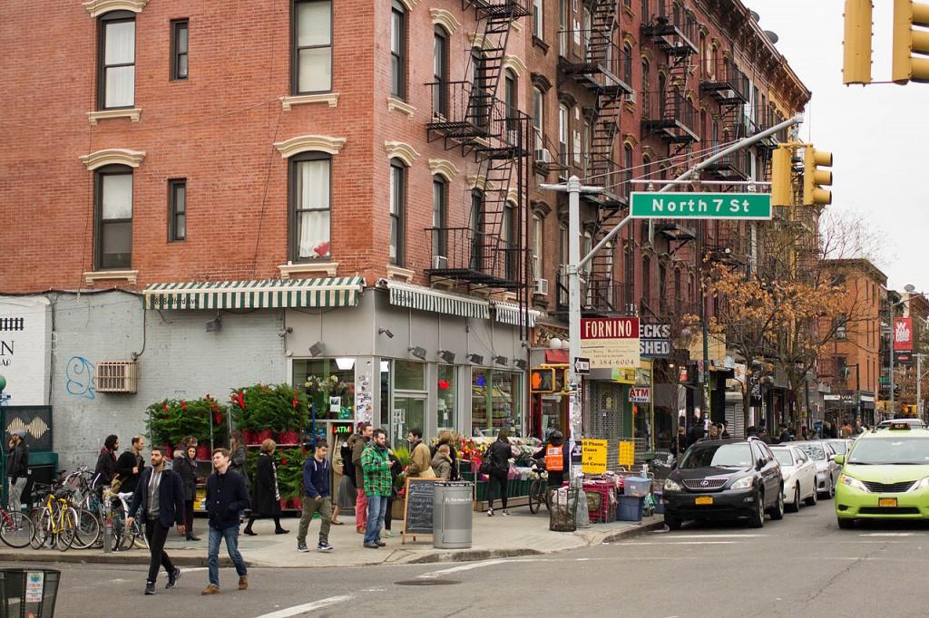 המעמד היצירתי מהגר לערים שבהן הוא יכול למצוא: טכנולוגיה, סובלנות וכישרון. ווליאמסבורג בברוקלין ניו יורק, מקום מושבם של המעמד היצירתי והתעסוקה היצירתית (צילום: LWYang, Wikimedia)